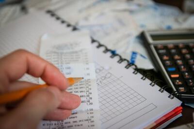"""© <a href=""""https://pixabay.com/de/geld-banknoten-rechner-sparen-256312/"""" target=""""_blank"""">pixabay/jarmoluk</a> Lizenz: <a href=""""https://creativecommons.org/publicdomain/zero/1.0/deed.de"""" target=""""_blank"""">CC0-Lizenz</a>"""