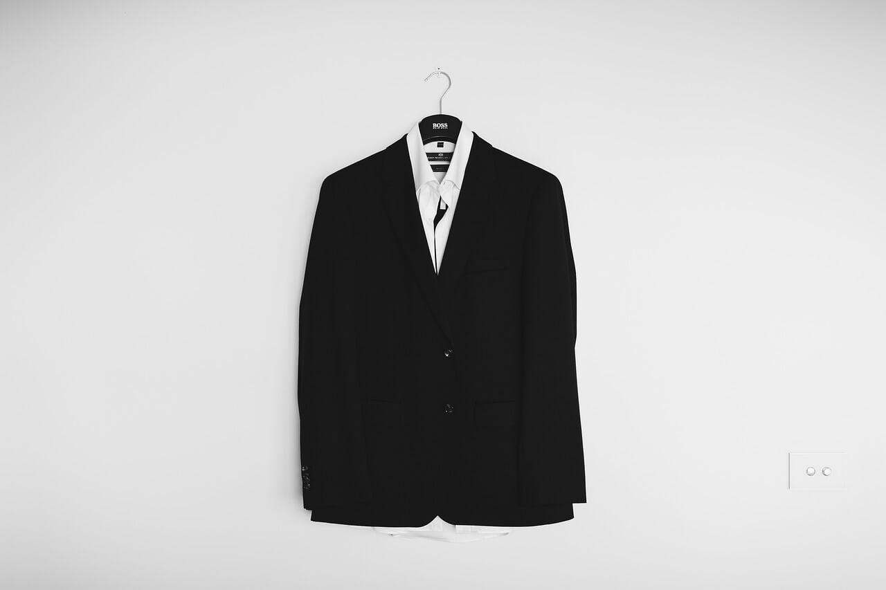 Schwarzer Anzug als typische Berufskleidung absetzbar?