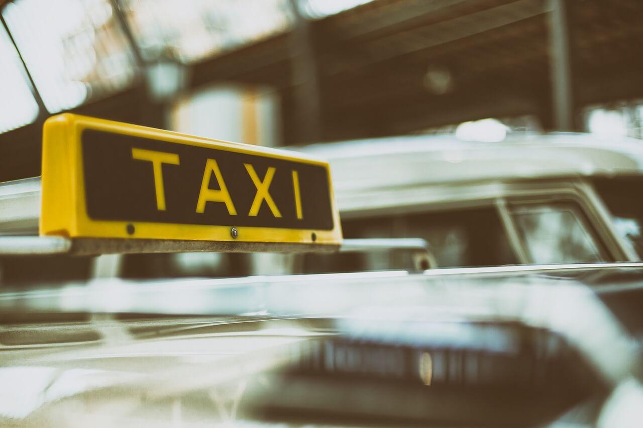 Fahrten zur Arbeit: Taxi gilt als öffentliches Verkehrsmittel
